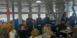 Kocaeli İl Jandarma Komutanlığı ekipleri, Eskihisar-Topçular feribotunda kadına şiddete karşı bilgilendirme çalışması gerçekleştirdi.