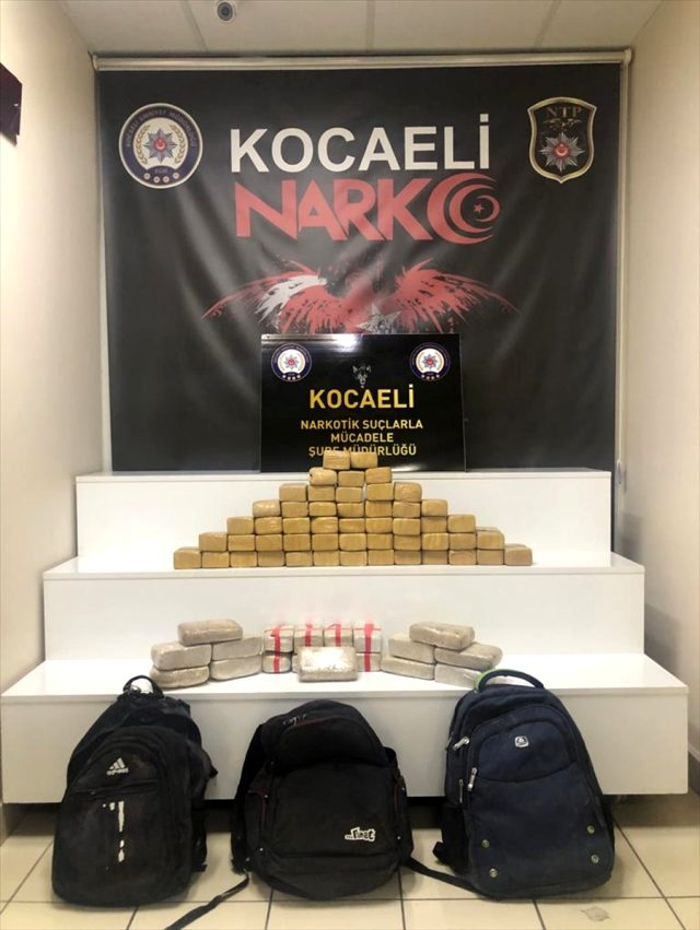 Kocaeli'de aracında 35 kilo 785 gram eroin ele geçirildi.