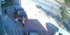 Otomobille çarpışan motosiklet sürücüsü yola böyle savruldu